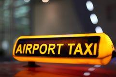 Segno del tassì dell'aeroporto Immagini Stock Libere da Diritti