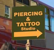 Segno del tatuaggio e di perforazione Fotografie Stock Libere da Diritti