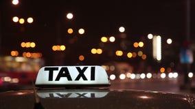 Segno del taxi di Lluminated sopra una carrozza in una via della città stock footage
