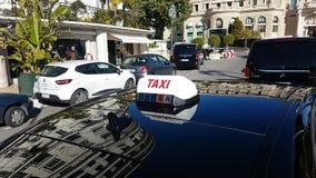 Segno del taxi sul tetto dell'automobile nel Monaco video d archivio