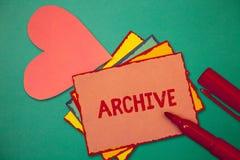 Segno del testo che mostra archivio I documenti storici della raccolta concettuale della foto registra fornire informazioni fotografia stock