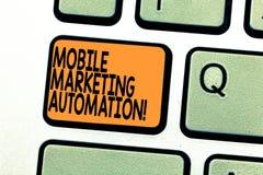 Segno del testo che mostra automazione commercializzante mobile La foto concettuale automatizza le mansioni commercializzanti mob fotografie stock