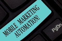 Segno del testo che mostra automazione commercializzante mobile La foto concettuale automatizza le mansioni commercializzanti mob fotografia stock