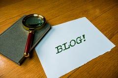 Segno del testo che mostra blog La foto concettuale ha aggiornato regolarmente il funzionamento della pagina Web del sito Web dal immagine stock