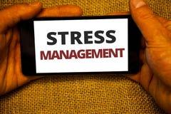 Segno del testo che mostra gestione dello stress Fondo concettuale Han del sacco della iuta di sanità di positività di rilassamen Immagini Stock