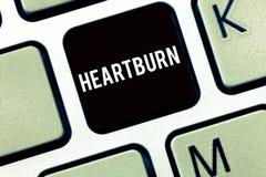 Segno del testo che mostra Heartburn Irritazione concettuale della foto del dolore bruciante di riflusso acido dell'esofago nel p immagini stock libere da diritti