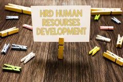 Segno del testo che mostra a Hrd sviluppo di risorse umane Gli impiegati d'aiuto della foto concettuale sviluppano la molletta da immagini stock libere da diritti