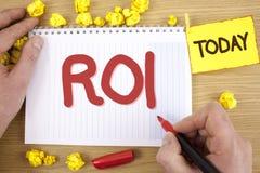 Segno del testo che mostra ROI Ritorno concettuale della foto sulla valutazione di misura di prestazione di profitto di un'effici fotografie stock