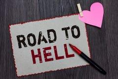 Segno del testo che mostra strada all'inferno Il rosso pericoloso rischioso scuro della pagina bianca di viaggio del passaggio es immagini stock libere da diritti