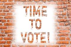 Segno del testo che mostra tempo di votare L'elezione concettuale della foto avanti sceglie fra alcuni candidati di governare l'a fotografia stock libera da diritti