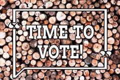 Segno del testo che mostra tempo di votare L'elezione concettuale della foto avanti sceglie fra alcuni candidati di governare di  fotografie stock libere da diritti