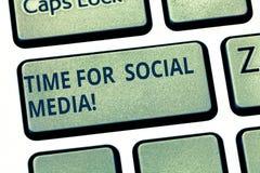 Segno del testo che mostra tempo per i media sociali E fotografia stock libera da diritti