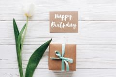 Segno del testo di buon compleanno sulla cartolina d'auguri con il presente alla moda b Immagine Stock