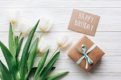 Segno del testo di buon compleanno sulla scatola e sul greeti alla moda del presente del mestiere Fotografie Stock