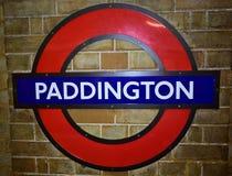 Segno del tubo di Londra sui mattoni Stazione di Paddington Londra, Regno Unito fotografia stock libera da diritti