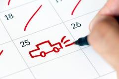 Segno del viaggio sul calendario Estrarre un'automobile Concetto di vacanza Immagine Stock