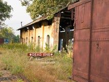 Segno del vicolo cieco ad una stazione ferroviaria Fotografie Stock Libere da Diritti