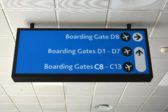 Segno dell'aeroporto per i portoni di imbarco Fotografie Stock Libere da Diritti