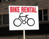 Segno dell'affitto della bici. immagini stock
