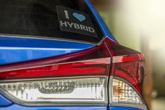 Segno dell'automobile ibrida Veicolo di ecologia sicuro all'ambiente fotografia stock