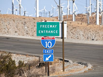 Segno dell'autostrada senza pedaggio del deserto di Palm Spring con i mulini a vento Fotografie Stock Libere da Diritti