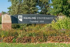 Segno dell'entrata alla città universitaria dell'università di Hamline Fotografia Stock Libera da Diritti