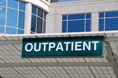 Segno dell'entrata del paziente esterno dell'ospedale Fotografia Stock Libera da Diritti