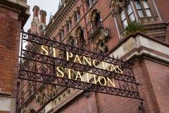 Segno dell'entrata della stazione di St Pancras Fotografia Stock Libera da Diritti
