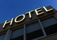 Segno dell'hotel alla notte Fotografia Stock Libera da Diritti