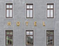 Segno dell'hotel vicino a Windows Fotografia Stock
