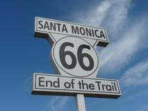 Segno dell'itinerario 66, pilastro della Santa Monica Immagini Stock Libere da Diritti