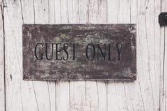 Segno dell'ospite soltanto sulla porta di legno Fotografia Stock