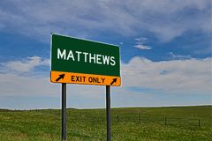 Segno dell'uscita della strada principale degli Stati Uniti per Matthews Fotografia Stock Libera da Diritti