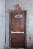 Segno dell'uscita delle scala della porta di Brown Fotografia Stock Libera da Diritti