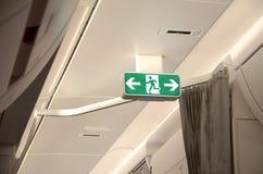 Segno dell'uscita di sicurezza sull'aereo Fotografia Stock