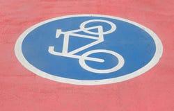 Segno della bicicletta sulla pista ciclabile Fotografie Stock Libere da Diritti