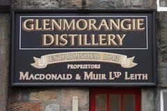 Segno della distilleria di Glenmorangie su esterno di costruzione sulla fine immagini stock libere da diritti
