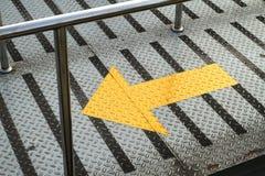 Segno della freccia sul percorso di camminata Fotografie Stock Libere da Diritti