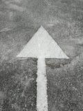Segno della freccia sulla strada Immagine Stock