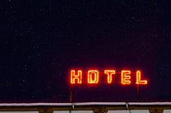 Segno della luce al neon dell'hotel Fotografia Stock Libera da Diritti