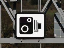Segno della macchina fotografica di velocità sul cavalletto sopra l'autostrada M25 in Hertfordshire fotografia stock