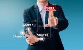Segno della mano dell'uomo di affari circa il bene di vendita fotografia stock libera da diritti