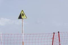 Segno della montagna della scogliera ripida del pericolo Immagini Stock Libere da Diritti