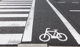 Segno della pista ciclabile attraverso il segnale stradale Fotografie Stock Libere da Diritti
