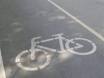 segno della pista ciclabile dipinto sulla strada Fotografia Stock Libera da Diritti