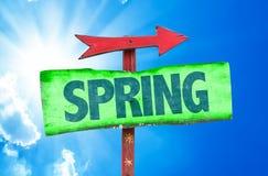 Segno della primavera con il fondo del cielo Fotografia Stock Libera da Diritti