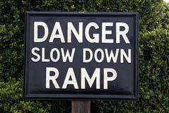 Segno della rampa di rallentamento del pericolo Fotografia Stock