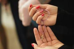 Segno della religione nelle mani di una ragazza immagini stock