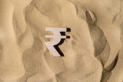 Segno della rupia sulla sabbia fotografia stock libera da diritti