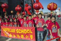 Segno della scuola di Castelar, 115th Dragon Parade dorato, nuovo anno cinese, 2014, anno del cavallo, Los Angeles, California, U Fotografia Stock